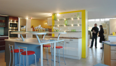 conseiller de vente en salle d 39 exposition. Black Bedroom Furniture Sets. Home Design Ideas